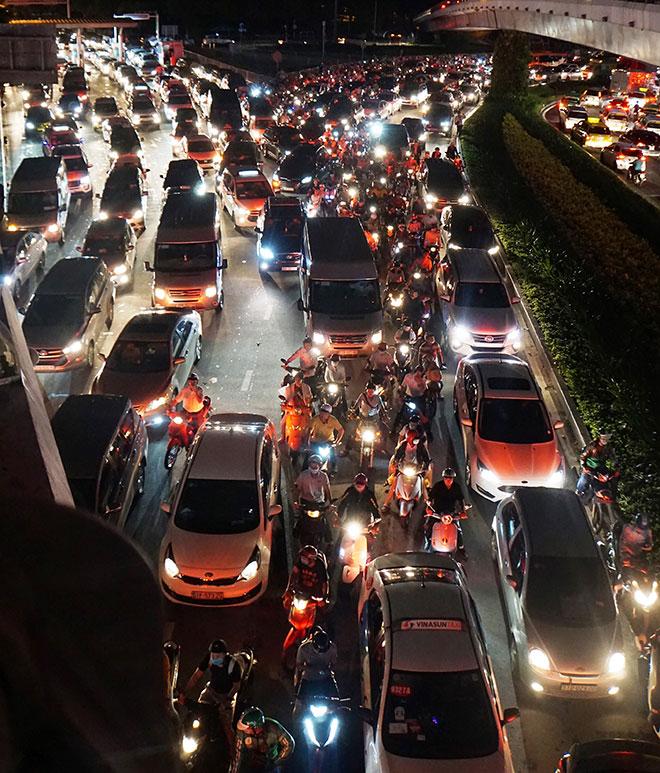"""Cửa ngõ sân bay Tân Sơn Nhất """"tê liệt"""", ô tô ken đặc trên đường - 11"""