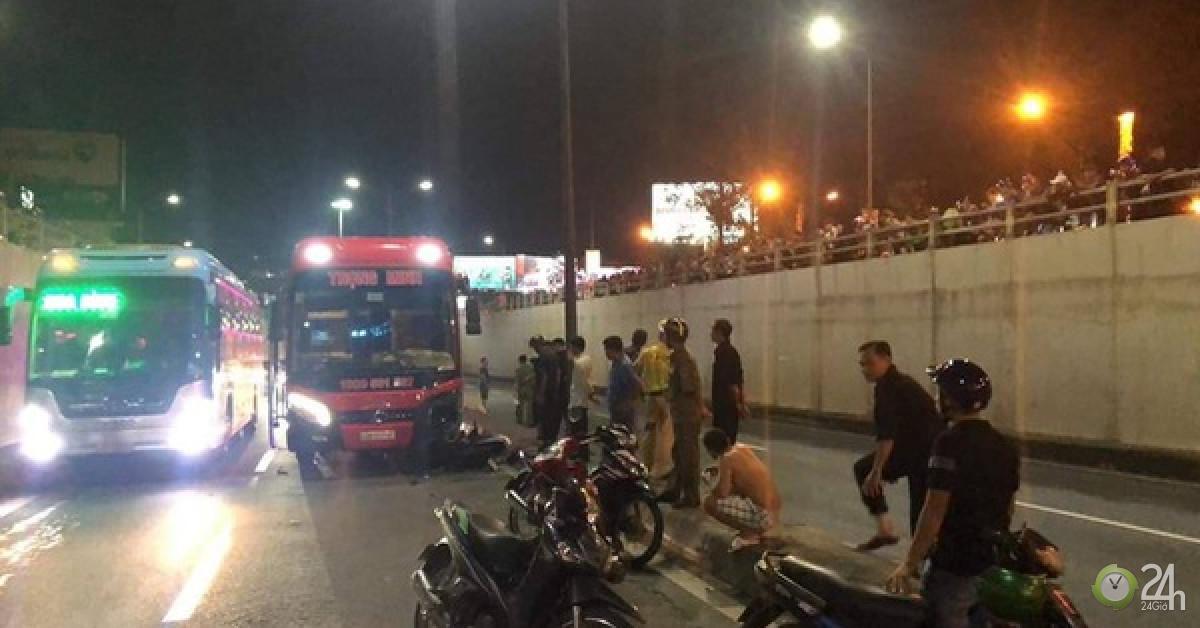 Cố tình chạy xe máy vào hầm chui, hai thanh niên bị xe khách tông tử vong - Tin tức 24h