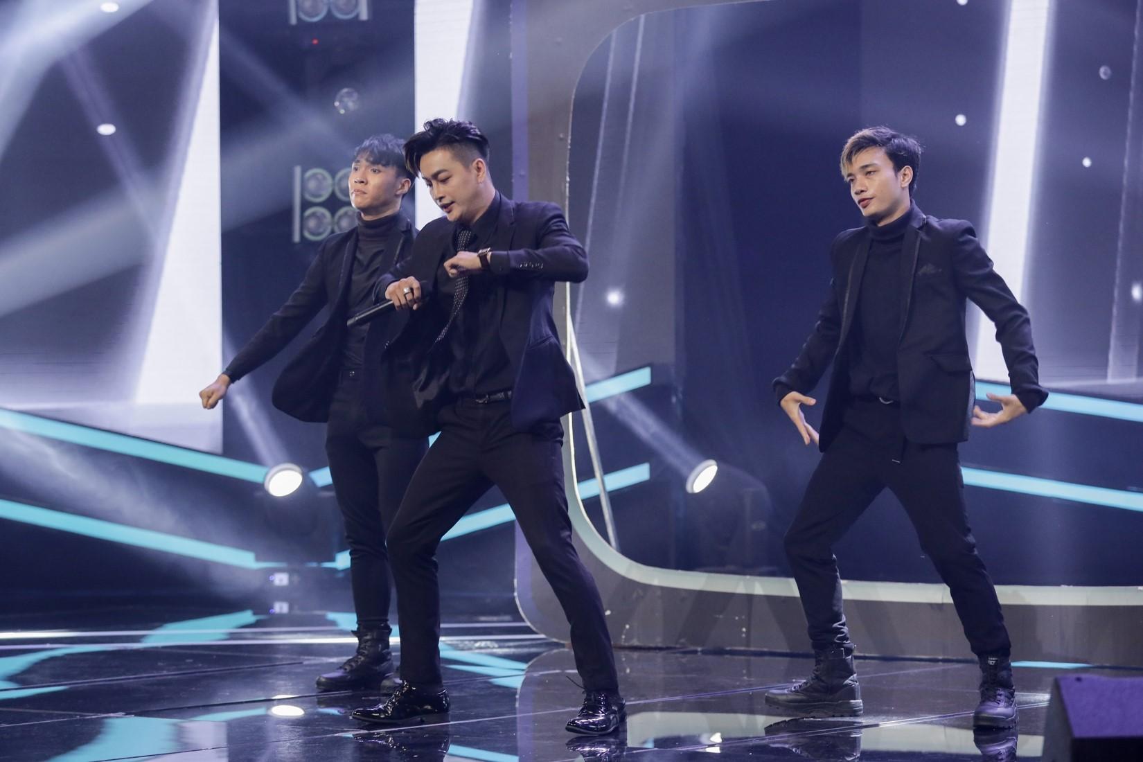Đang hát, nam ca sĩ bị fan nữ lên sân khấu làm điều bất ngờ - 3