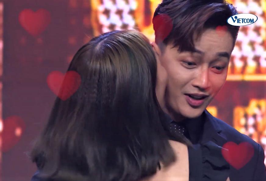 Đang hát, nam ca sĩ bị fan nữ lên sân khấu làm điều bất ngờ - 7