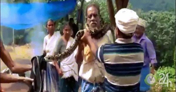 Video: Xông vào bắt trăn lớn bên đường, bị quấn chặt cổ, ngạt thở khuỵu xuống