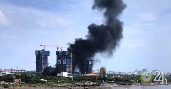 Khói đen bốc lên cuồn cuộn tại công trình cao ốc bên sông Sài Gòn - Tin tức 24h