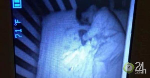 Theo dõi con ngủ qua camera, rợn người thấy có khuôn mặt lạ ở cạnh con trong nôi