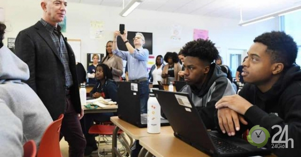Tỷ phú giàu nhất thế giới đến thăm lớp học và phản ứng gây bất ngờ của học sinh-Thế giới