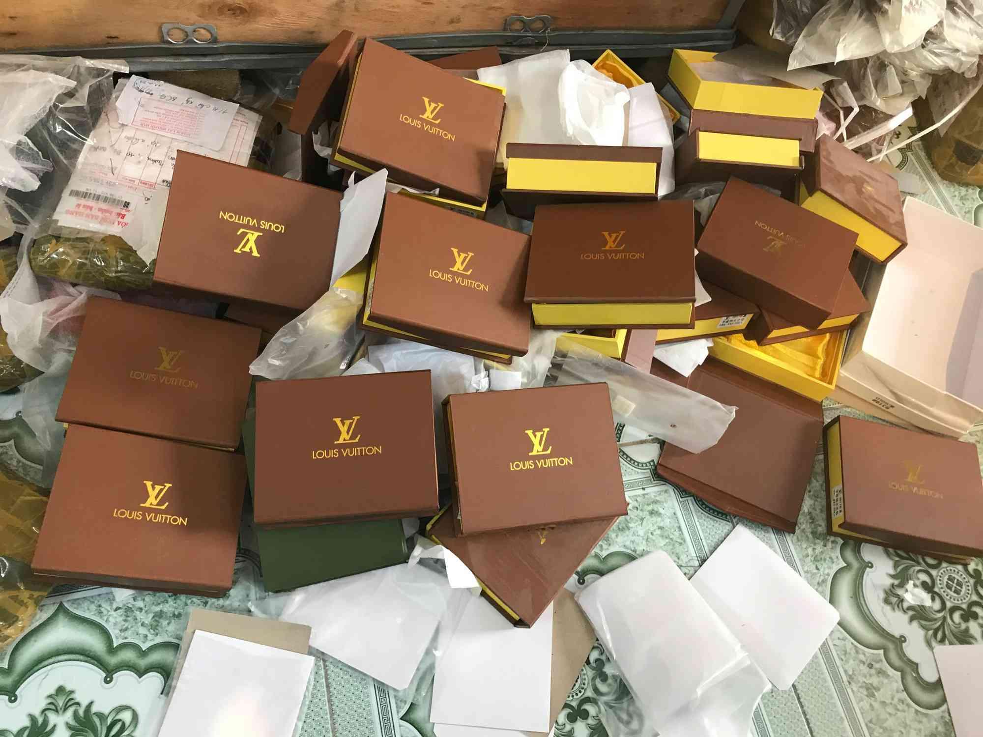 Đột kích cửa hàng túi xách giả nhãn hiệu Gucci, Louis Vuitt on, Dior giá bèo 30.000 đồng - 1