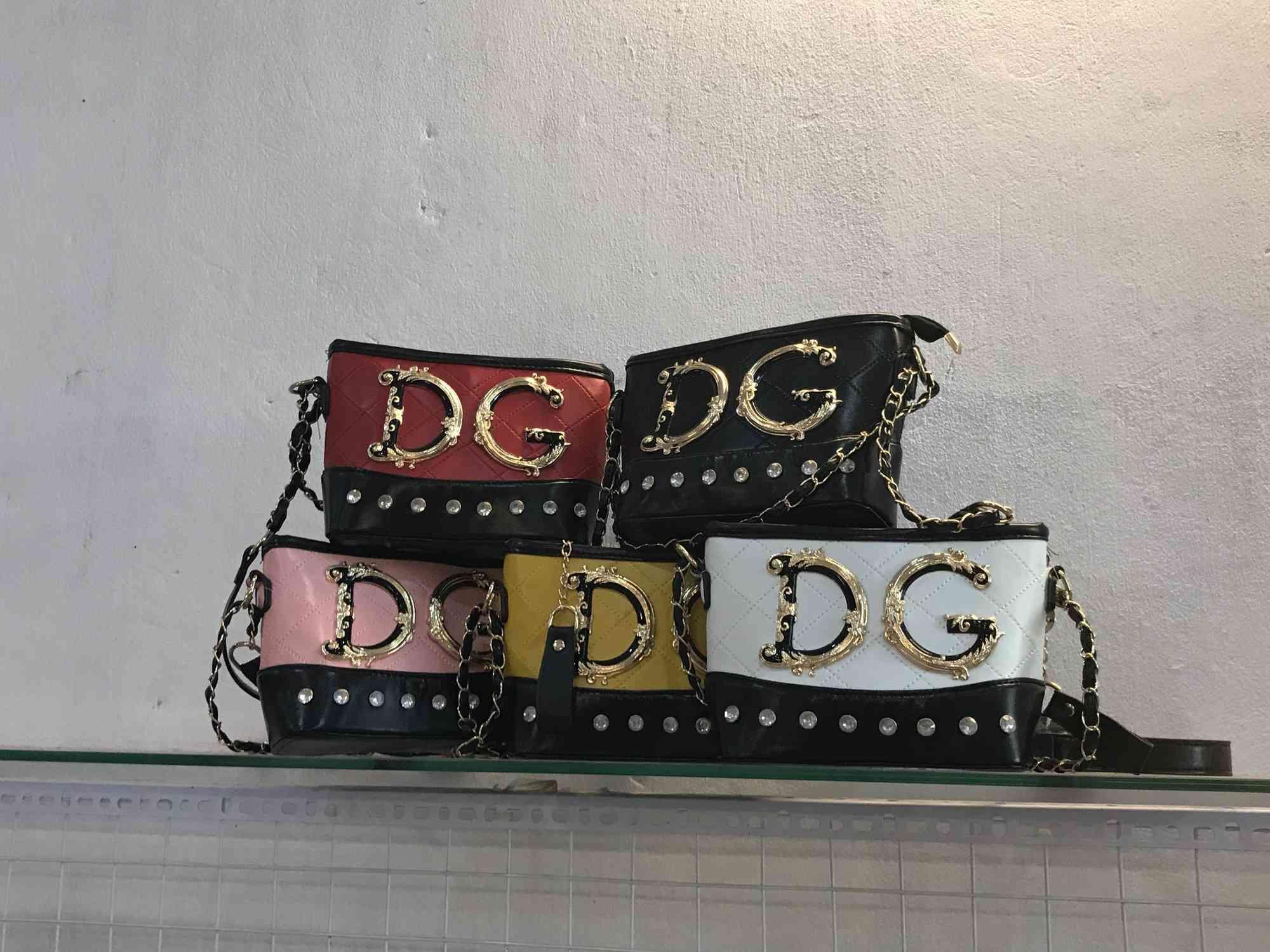 Đột kích cửa hàng túi xách giả nhãn hiệu Gucci, Louis Vuitt on, Dior giá bèo 30.000 đồng - 2