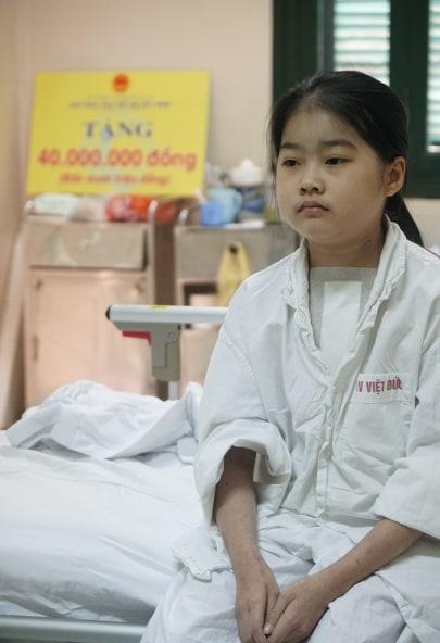 """Bé gái 10 tuổi nghẹn ngào vì vừa được """"chết đi sống lại"""" - 3"""