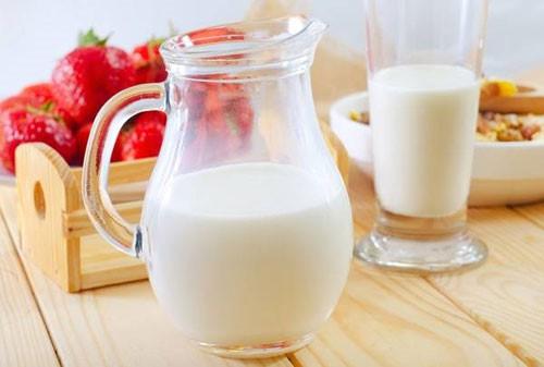 """Sữa thành... """"thuốc độc"""", gây ung thư và nhiều bệnh khác khi uống theo cách này - 1"""