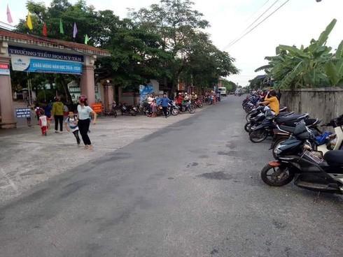 """""""Kỳ lạ"""" những hàng xe thẳng tắp trước giờ tan trường ở Hà Tĩnh - 1"""