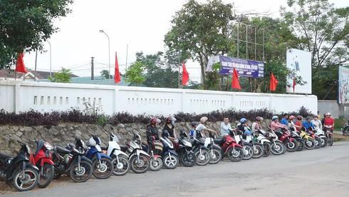 """""""Kỳ lạ"""" những hàng xe thẳng tắp trước giờ tan trường ở Hà Tĩnh - 3"""