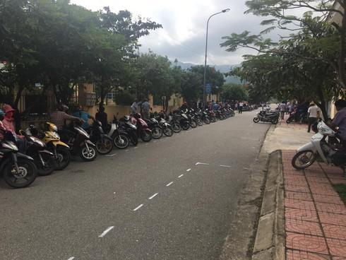 """""""Kỳ lạ"""" những hàng xe thẳng tắp trước giờ tan trường ở Hà Tĩnh - 4"""