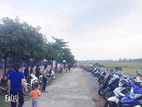 """""""Kỳ lạ"""" những hàng xe thẳng tắp trước giờ tan trường ở Hà Tĩnh - 2"""