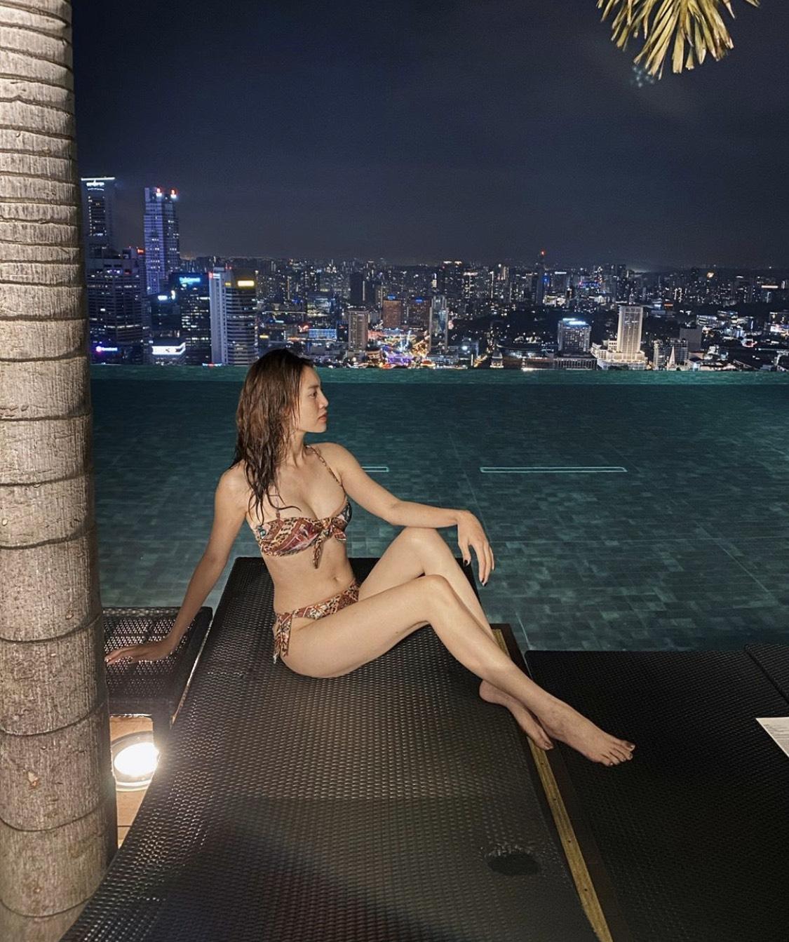 Ninh Dương Lan Ngọc mặc bikini khoe dáng sexy, fan lập tức phát hiện điều này - 1
