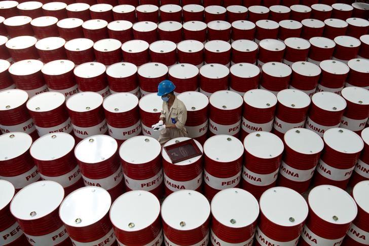 Giá dầu thế giới giảm, giá xăng trong nước có thể tăng vào chiều nay - 1