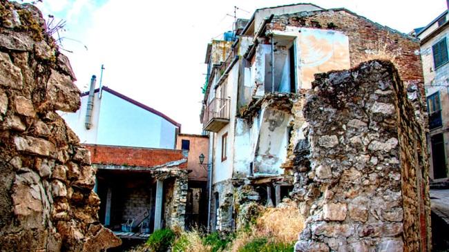 Người mua các ngôi nhà này phải cam kết cải tạo trong vòng 3 năm kể từ khi mua và đặt cọc khoảng 5000 Euro (~129 triệu đồng). Số tiền đặt cọc sẽ được trả lại sau khi việc cải tạo các ngôi nhà hoàn tất.