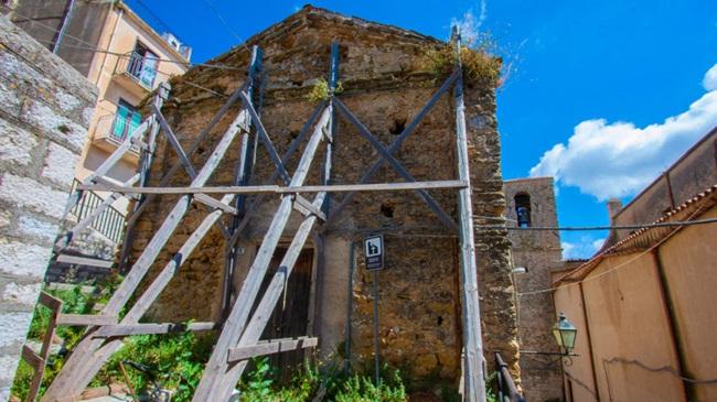 Thị trưởng Vincenzo Giambrone đã dành 3 năm thuyết phục chủ sở hữu các ngôi nhà bỏ hoang trao lại cho chính quyền để dành cho những người mới đến.
