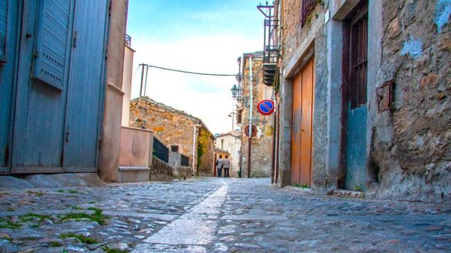 Camarata nằm cách Palermo 60km về phía đông nam. Đây từng là nơi có nhịp sống sôi động, nhưng trong những năm qua một lượng lớn cư dân đã chuyển đi, nhiều ngôi nhà bị bỏ hoang.