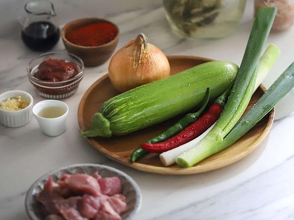 Học người Hàn nấu món canh thịt, không ngờ cả nhà mê tít - 1