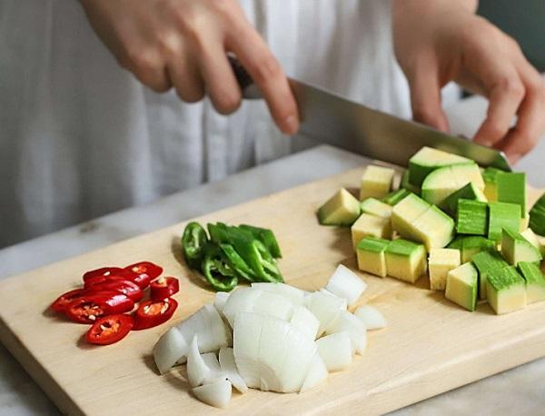 Học người Hàn nấu món canh thịt, không ngờ cả nhà mê tít - 2
