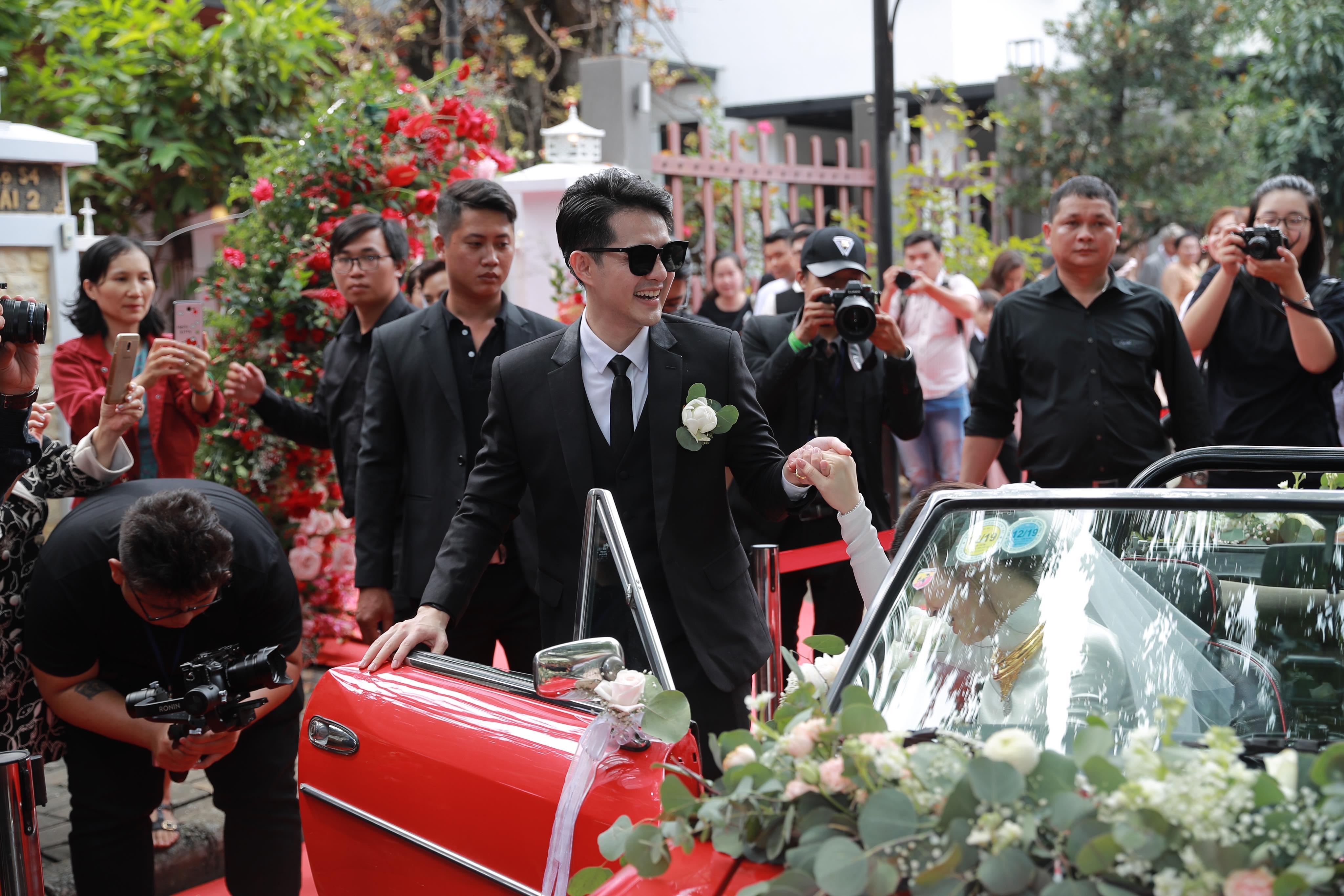 Đông Nhi đeo đầy vàng, được Ông Cao Thắng rước bằng siêu xe mui trần trong lễ ăn hỏi - 9