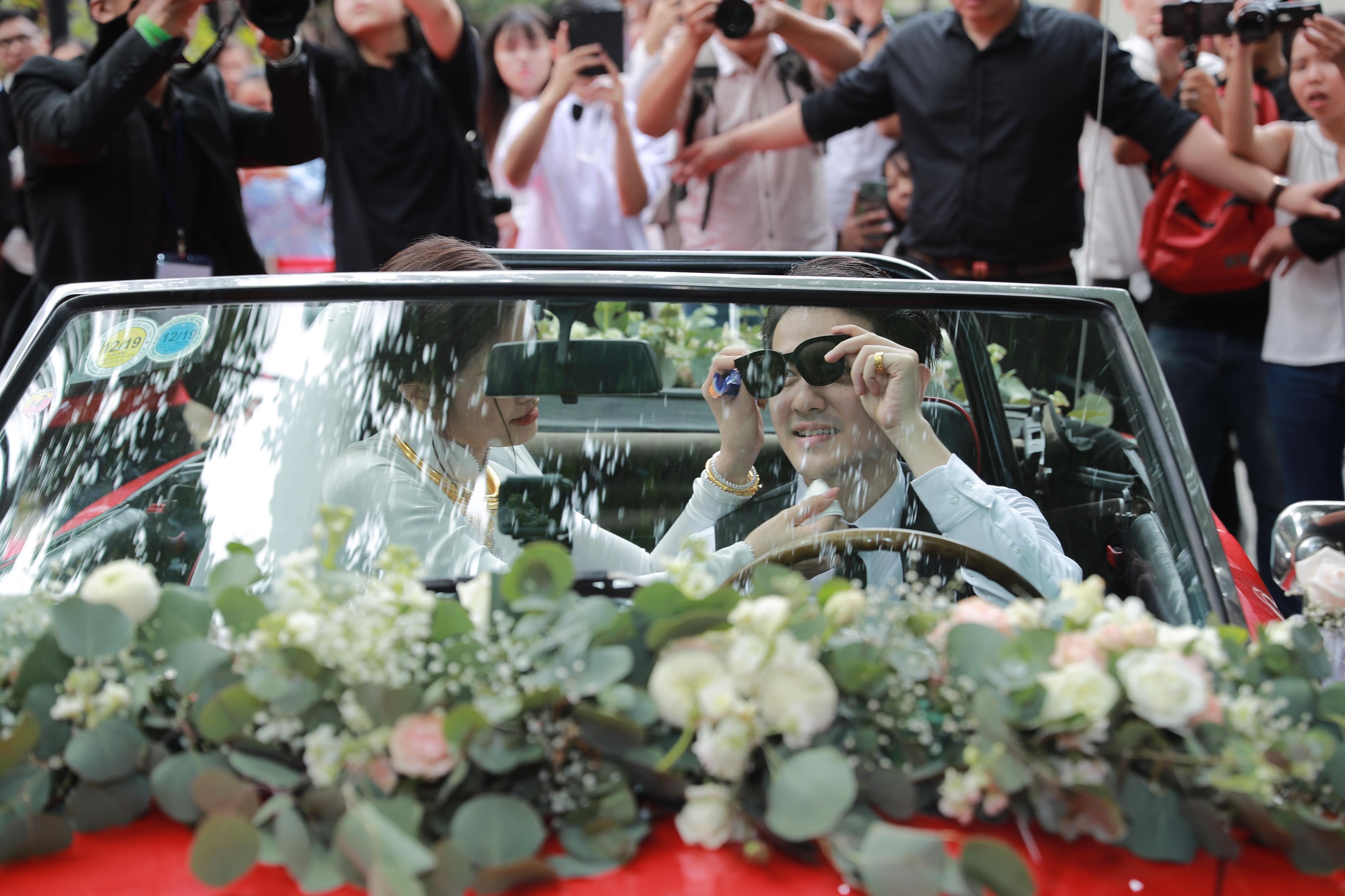 Đông Nhi đeo đầy vàng, được Ông Cao Thắng rước bằng siêu xe mui trần trong lễ ăn hỏi - 8