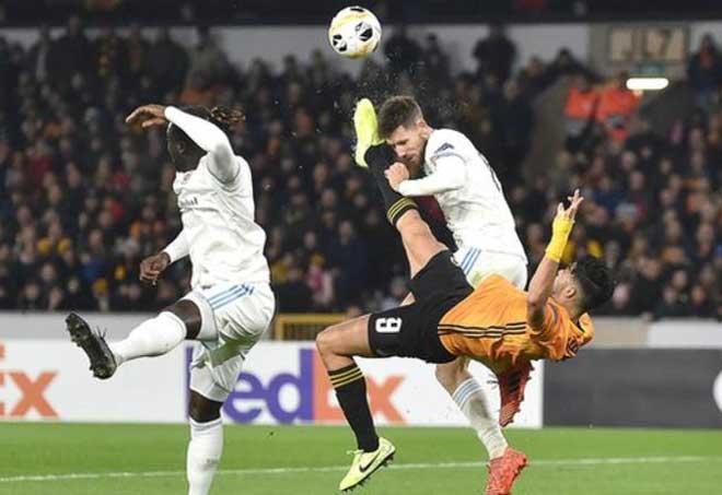 Hốt hoảng Europa League: Sao Ngoại hạng Anh tung cước, đối thủ bất tỉnh trên sân - 1