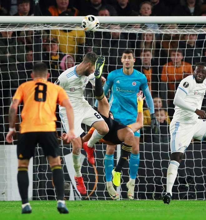 Hốt hoảng Europa League: Sao Ngoại hạng Anh tung cước, đối thủ bất tỉnh trên sân - 2