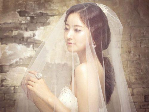 Choáng váng khi vợ tương lai cởi váy cưới trao cho bạn gái cũ - 1