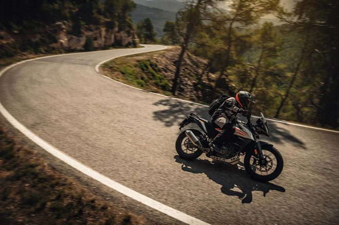 Ra mắt KTM 390 Adventure và 890 Duke R hiệu suất cực cao