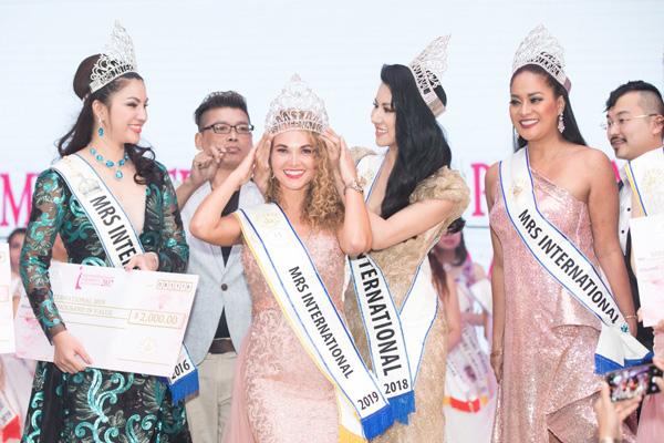 Loan Vương sang Singapore trao vương miện cho người kế nhiệm tại Mrs International - 4