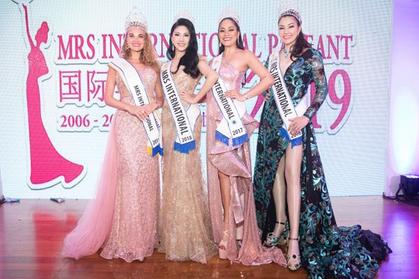 Loan Vương sang Singapore trao vương miện cho người kế nhiệm tại Mrs International - 5