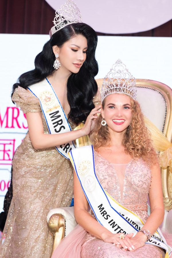 Loan Vương sang Singapore trao vương miện cho người kế nhiệm tại Mrs International - 1
