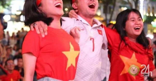 """Fan ở TP.HCM """"tiếp lửa"""" tuyển Việt Nam đấu UAE trên phố đi bộ Nguyễn Huệ - Tin tức 24h"""