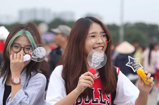 Dàn fan nữ lung linh nhan sắc cổ vũ ĐT Việt Nam đấu UAE