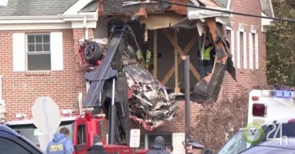 Xe ô tô bất ngờ hạ cánh xuống tầng 2 tòa nhà