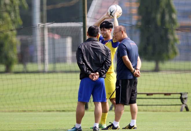 HLV Park Hang Seo gặp riêng Công Phượng sau trận thắng UAE