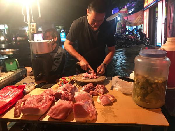 """Giá thịt lợn liên tục lập đỉnh mới, người bán """"méo mặt"""" vì ế ẩm - 2"""
