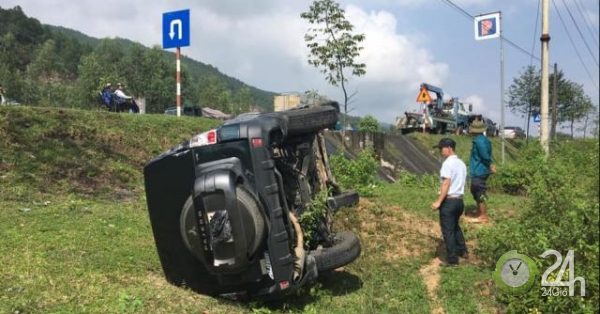 Ô tô lật nhiều vòng trên đường, 2 người trong xe thoát chết thần kì - Tin tức 24h