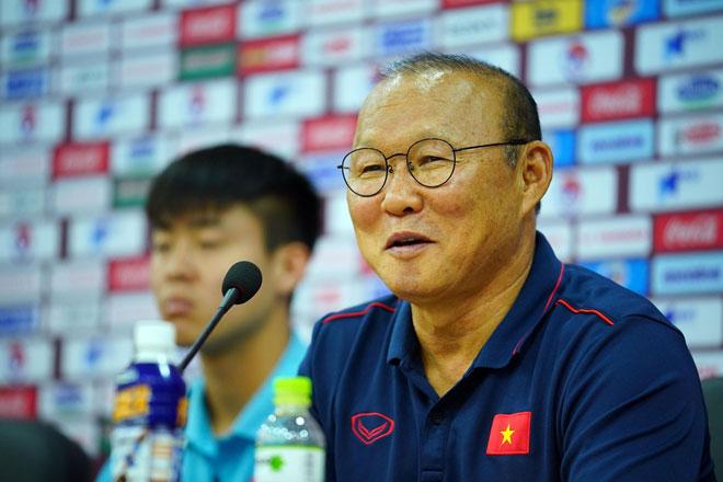 Thầy Park đáp trả cực gắt câu hỏi của phóng viên Thái Lan về khả năng Quang Hải xuất ngoại thi đấu