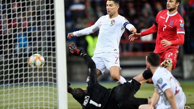 Ronaldo đưa Bồ Đào Nha đến EURO, xuất sắc nhất lịch sử ở tuổi 35? Ronaldo-mot-tay-dua-Bo-dao-Nha-den-EURO-xuat-sac-nhat-lich-su-o-tuoi-35-2718758-56197190-2560-1440-1574087397-79-width660height371