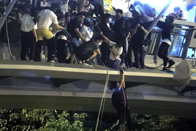 Hong Kong: Cảnh sát tiến vào nơi người biểu tình cố thủ, bắt giữ hơn 400 người - 2