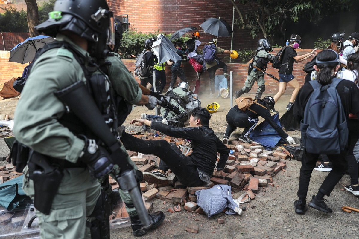 Hong Kong: Cảnh sát tiến vào nơi người biểu tình cố thủ, bắt giữ hơn 400 người - 1