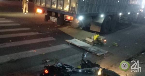Xe tải biển Lào đâm loạt xe máy ở ngã tư, 3 người thương vong - Tin tức 24h