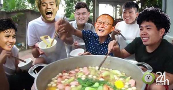 Thầy trò HLV Park Hang Seo nấu lẩu Thái chiêu đãi fan hâm mộ