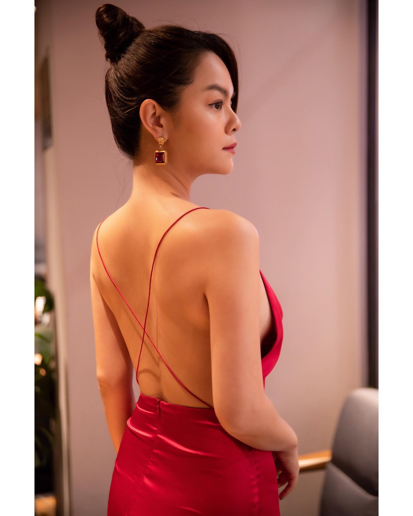 Phạm Quỳnh Anh quyến rũ với váy lụa mong manh