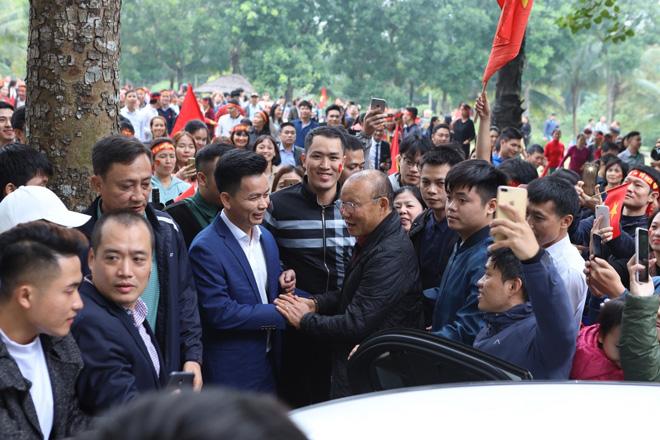 Cư dân Ecopark nồng nhiệt chào đón thầy trò HLV Park Hang Seo và thủ môn Đặng Văn Lâm - 2