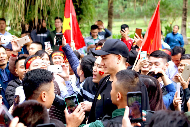 Cư dân Ecopark nồng nhiệt chào đón thầy trò HLV Park Hang Seo và thủ môn Đặng Văn Lâm - 3
