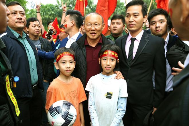Cư dân Ecopark nồng nhiệt chào đón thầy trò HLV Park Hang Seo và thủ môn Đặng Văn Lâm - 4