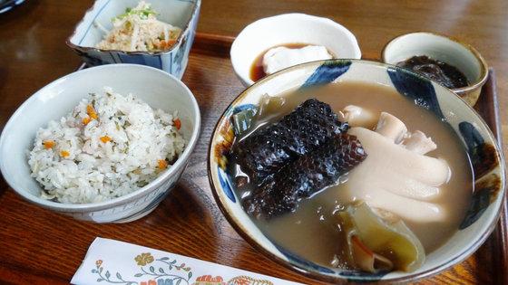 Nhắm mắt liều mình ăn thử đặc sản rắn độc ở Okinawa - 11