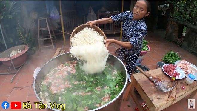 Bà Tân Vlog khiến hàng triệu người tranh cãi khi làm món ăn hổ lốn đặt tên lẩu gà lá giang